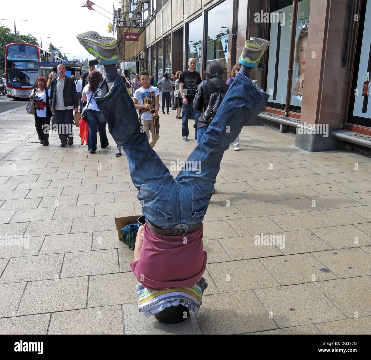 Laden Sie dieses Alamy Stockfoto Straßenmusikant in Princes Street, Edinburgh kopfüber in einen Eimer Scotland UK - DG387G