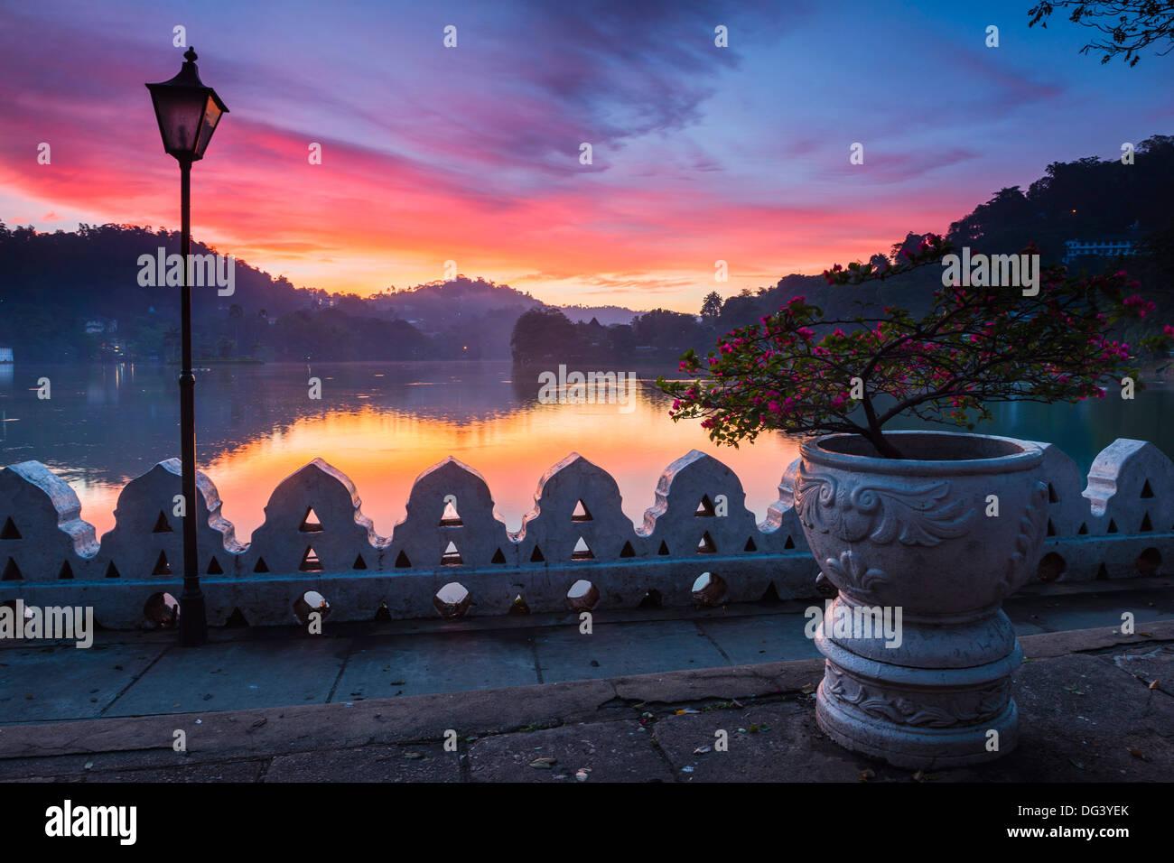 Dramatische Sonnenaufgang um Kandy Lake und die Wolken Mauer (Walakulu), Kandy, Central Province, Sri Lanka, Asien Stockbild