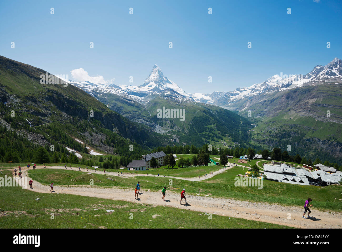 Läufer in den Zermatt Marathon und Matterhorn, Valais, Schweizer Alpen, Schweiz, Europa Stockbild