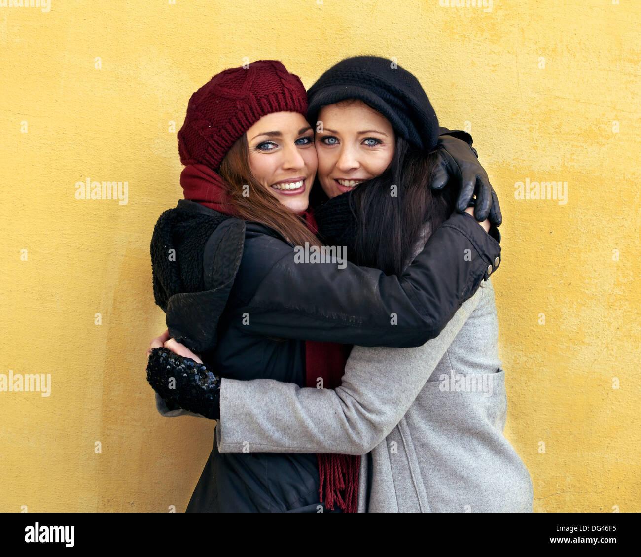Zwei Freunde geben einander eine warme Umarmung Stockbild