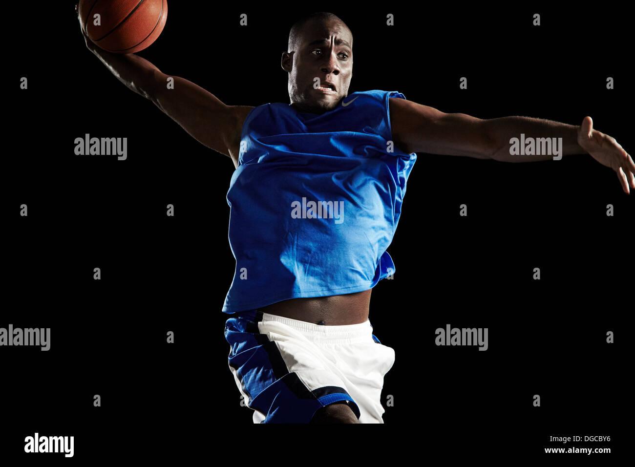 Männer Basketball Spieler schießen ball Stockbild