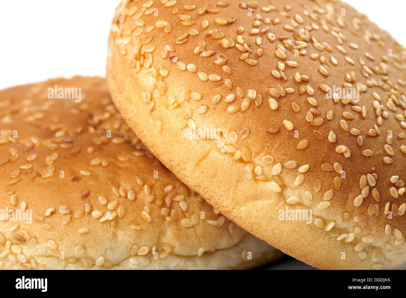 Nahaufnahme von zwei appetitlich frische Burger-Brötchen auf weißem Hintergrund Stockbild