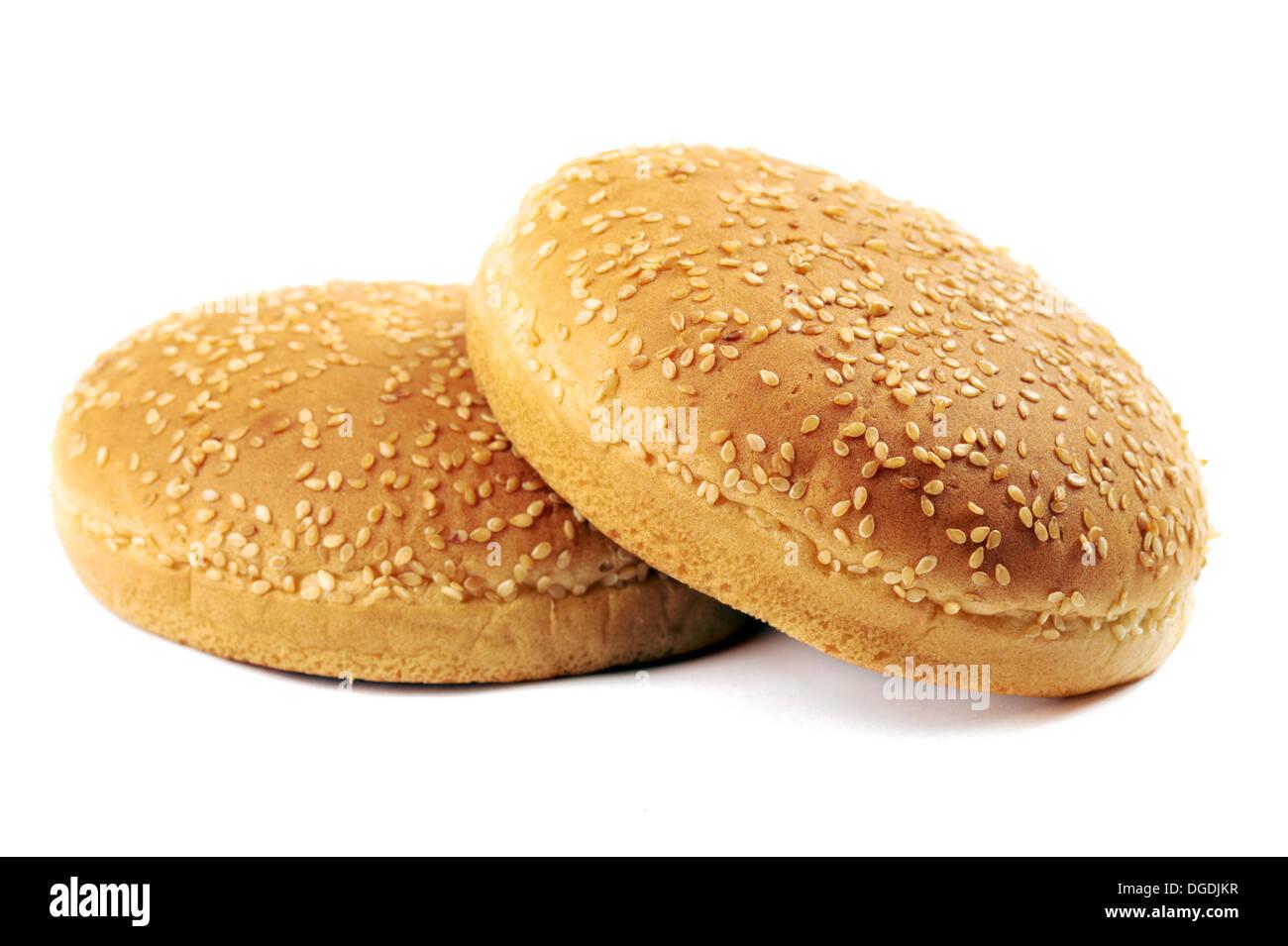 Zwei köstliche frische Burger-Brötchen auf weißem Hintergrund Stockbild