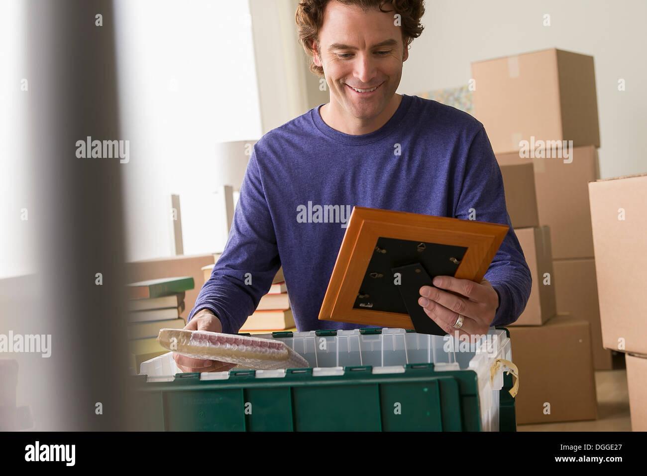 Reifer Mann Bilderrahmen aus Kiste auspacken Stockbild