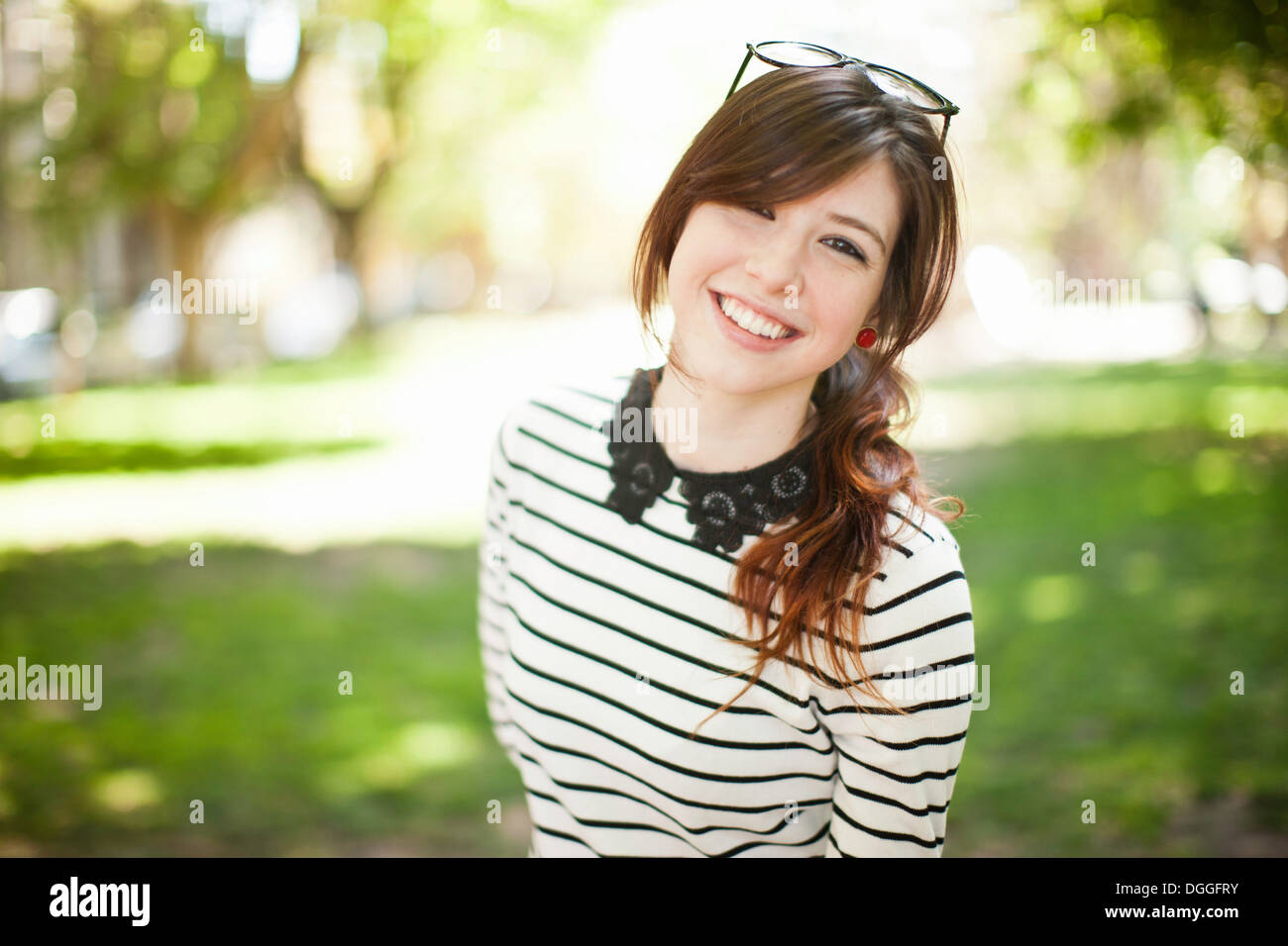 Porträt der jungen Frau im park Stockbild