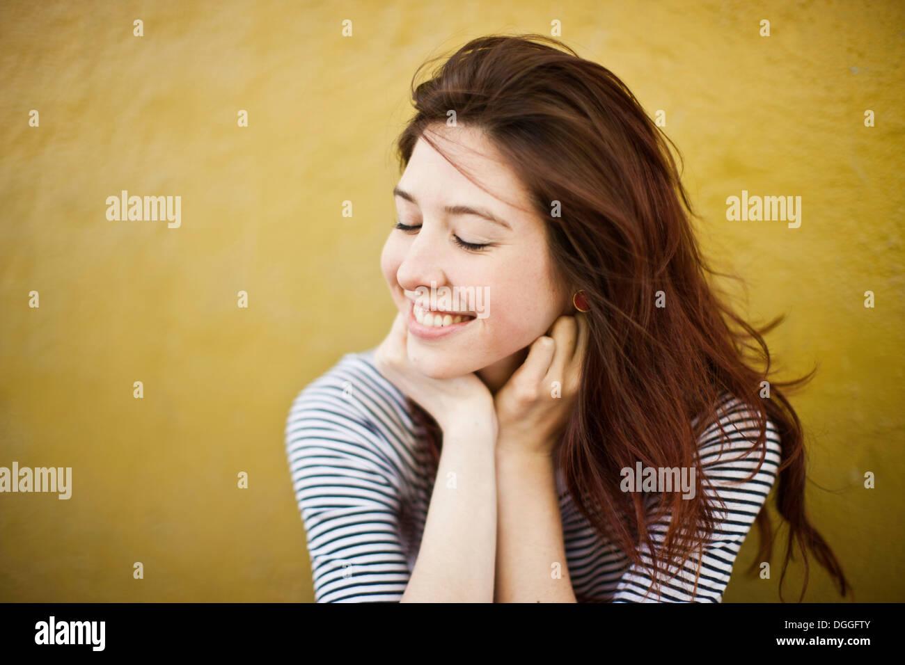 Ehrliches Porträt der jungen Frau mit geschlossenen Augen Stockbild