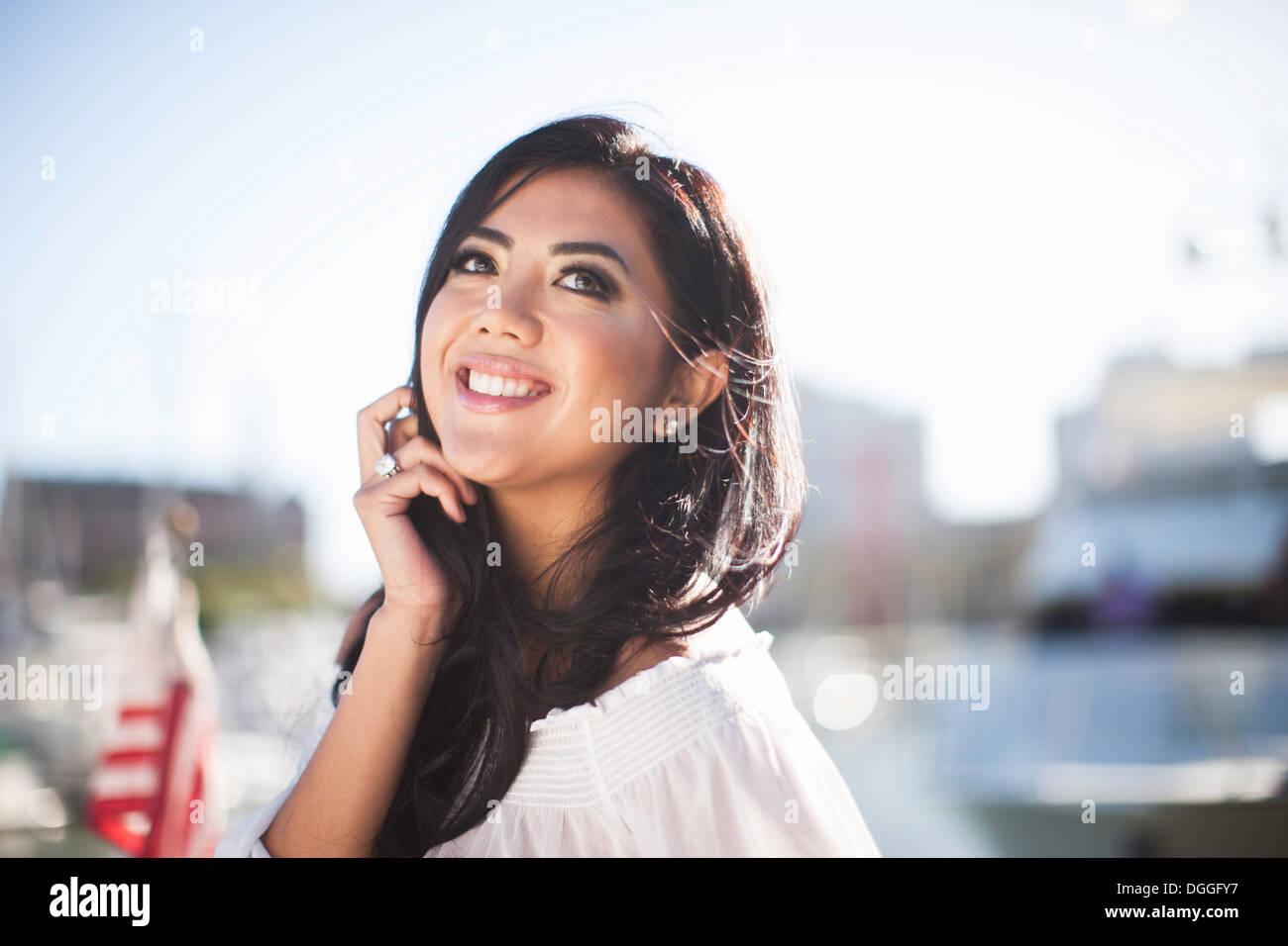 Porträt der jungen Frau auf Yacht in der Marina, San Francisco, Kalifornien, USA Stockbild