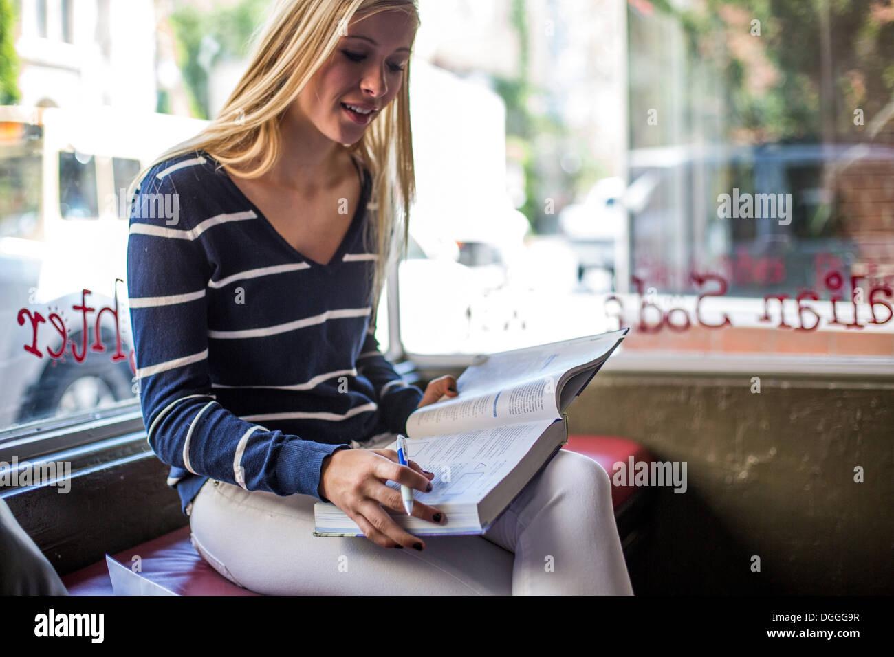 Teenager-Mädchen studieren in café Stockbild