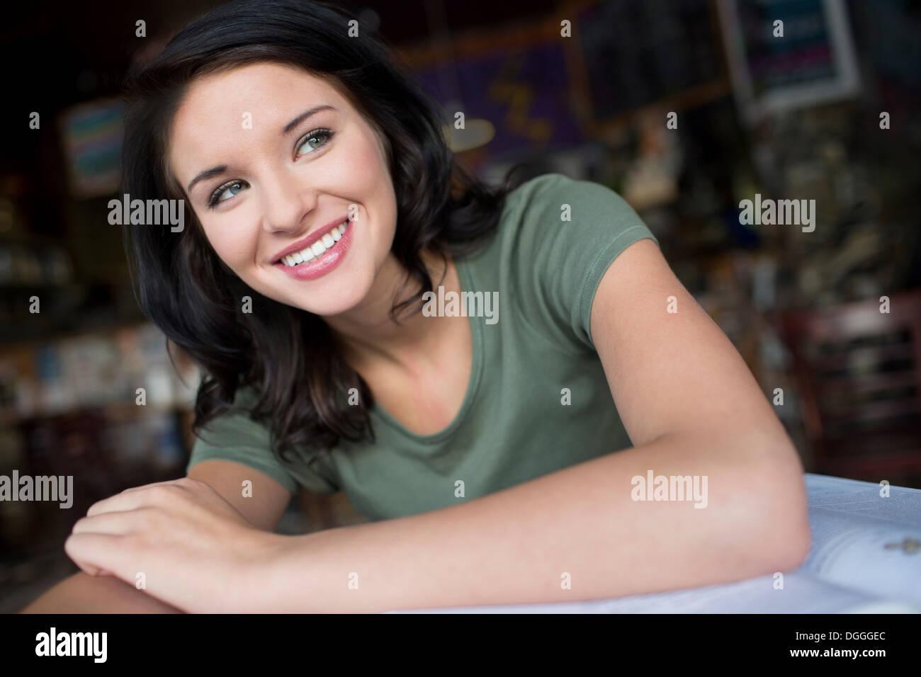 Porträt von Teenager-Mädchen im Kaffeehaus Stockbild
