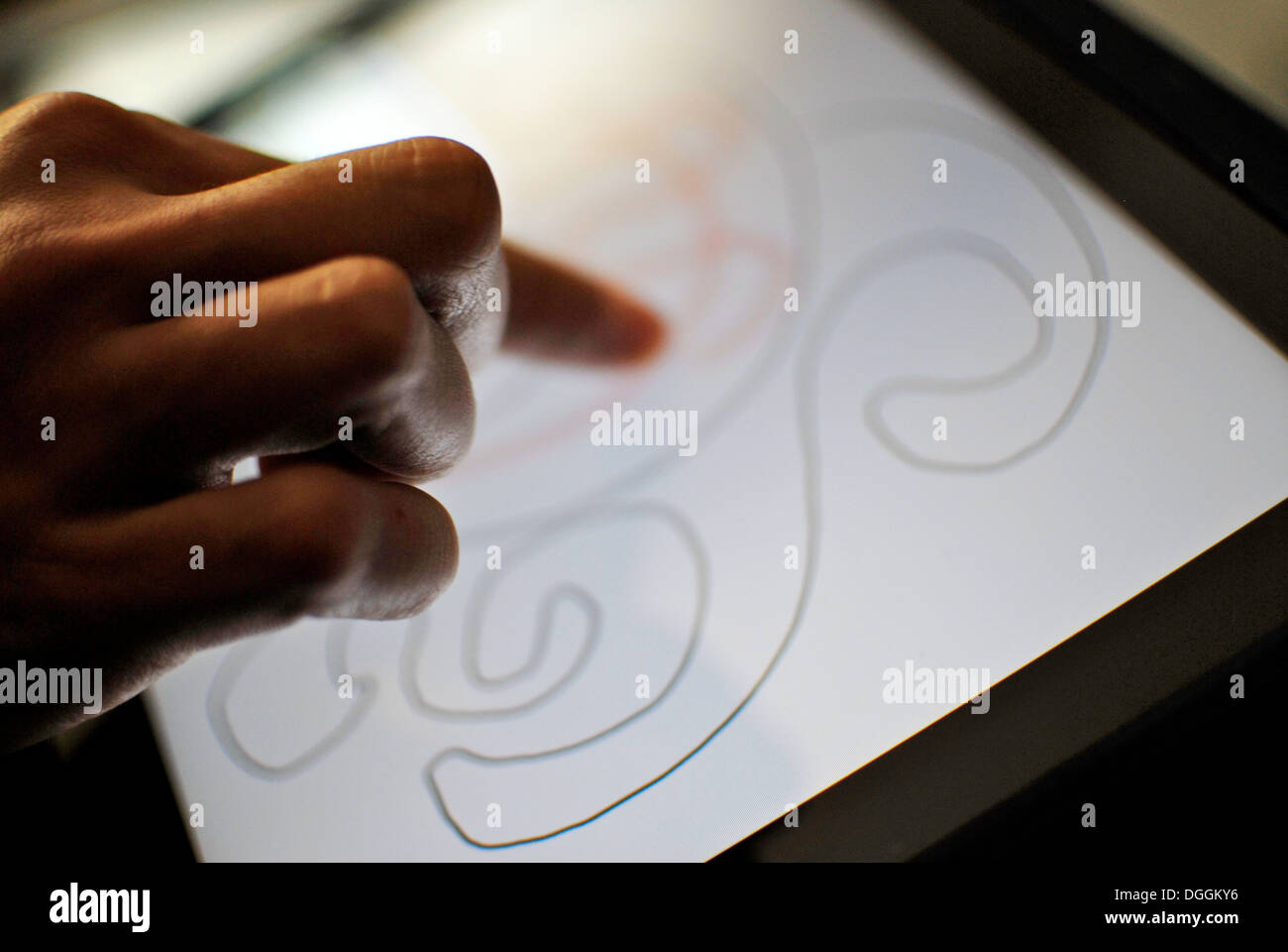 Frau anhand einer Zeichnung für das iPad Stockbild