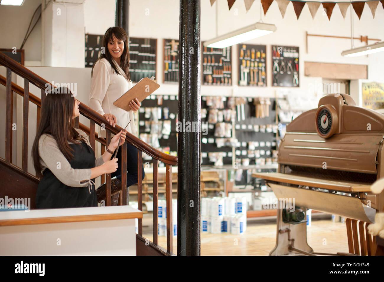 Frauen arbeiten im Handwerk shop Stockbild