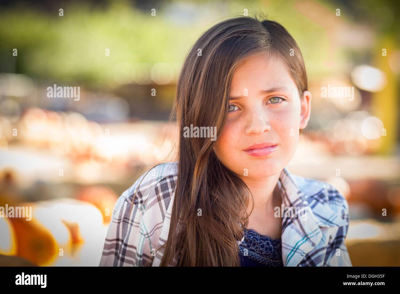 Preteen Mädchen Portrait im Kürbisbeet in rustikaler Umgebung. Stockbild