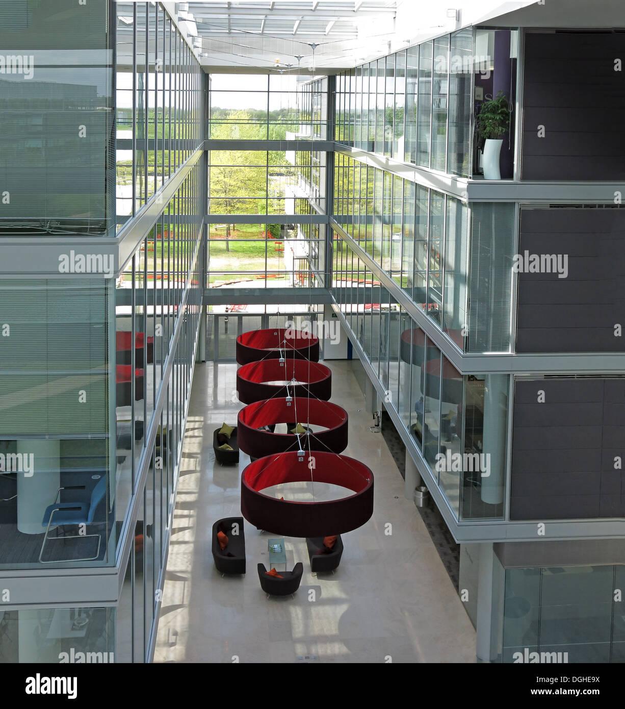 Laden Sie dieses Alamy Stockfoto Glas-Büro-Innenraum des Gebäudes, Green Park Reading, UK - DGHE9X