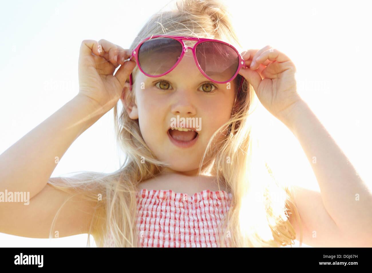 Kind heißen sonnigen Tag auf Sonnenbrille aufsetzen Stockbild