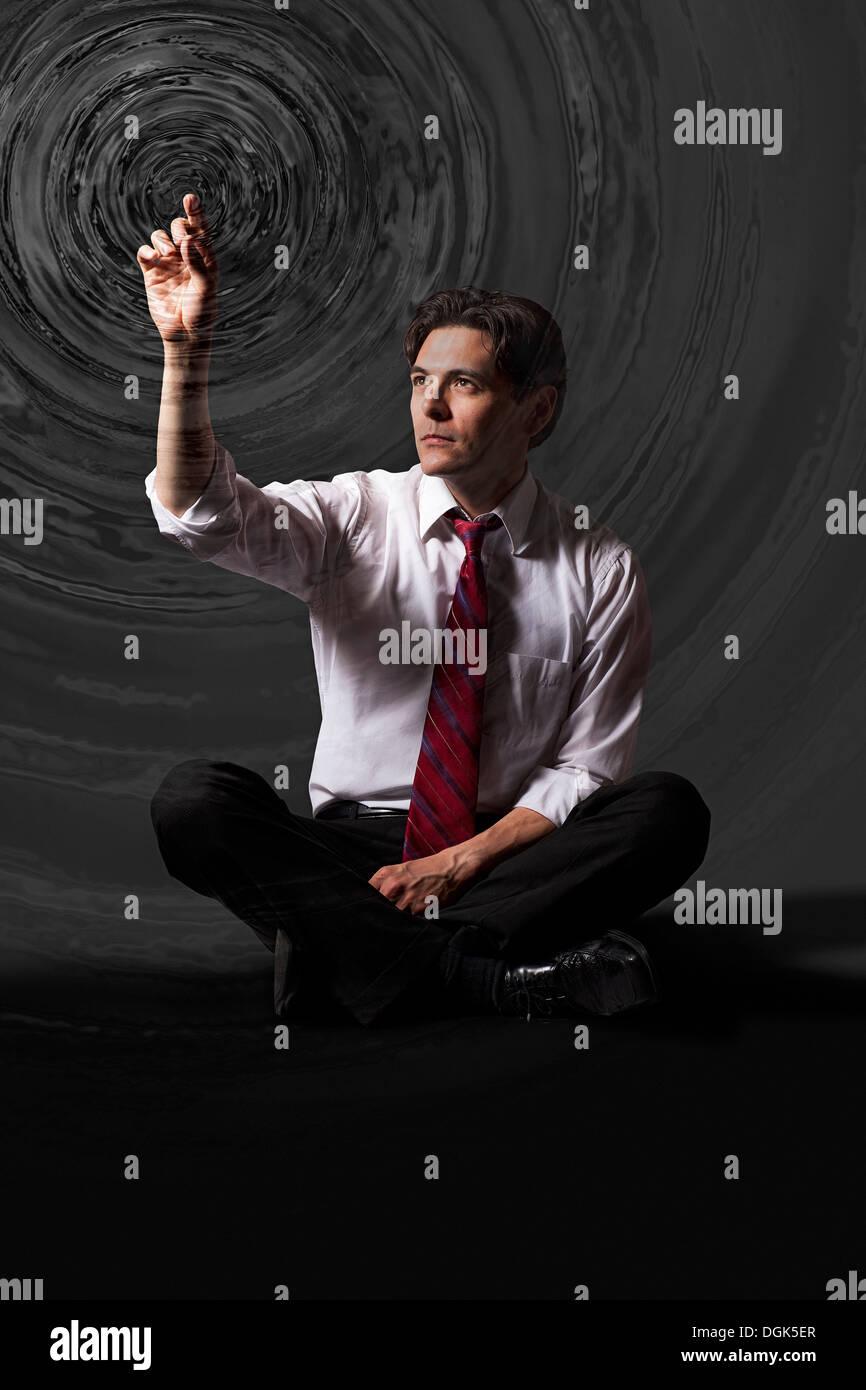 Geschäftsmann berühren Wasser plätschern Kreise die Luft Stockbild