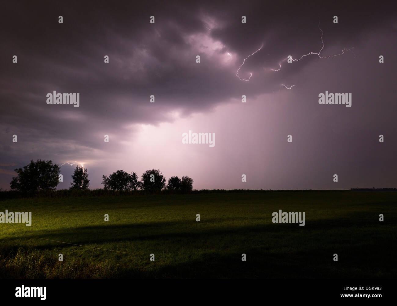 Gewitter tobt über Nachthimmel Stockbild