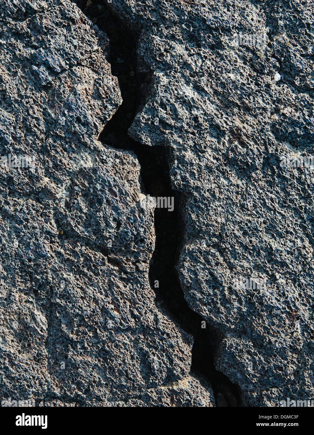 Ein Lavafeld mit schwarzen erstarrten Felsoberfläche mit Rissen. Stockbild
