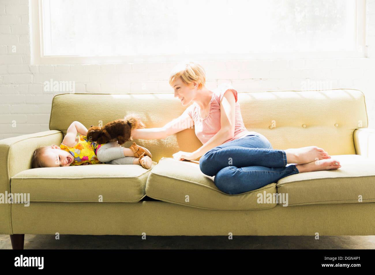 Mutter mit Tochter (12-17 Monate) spielen Stockfoto