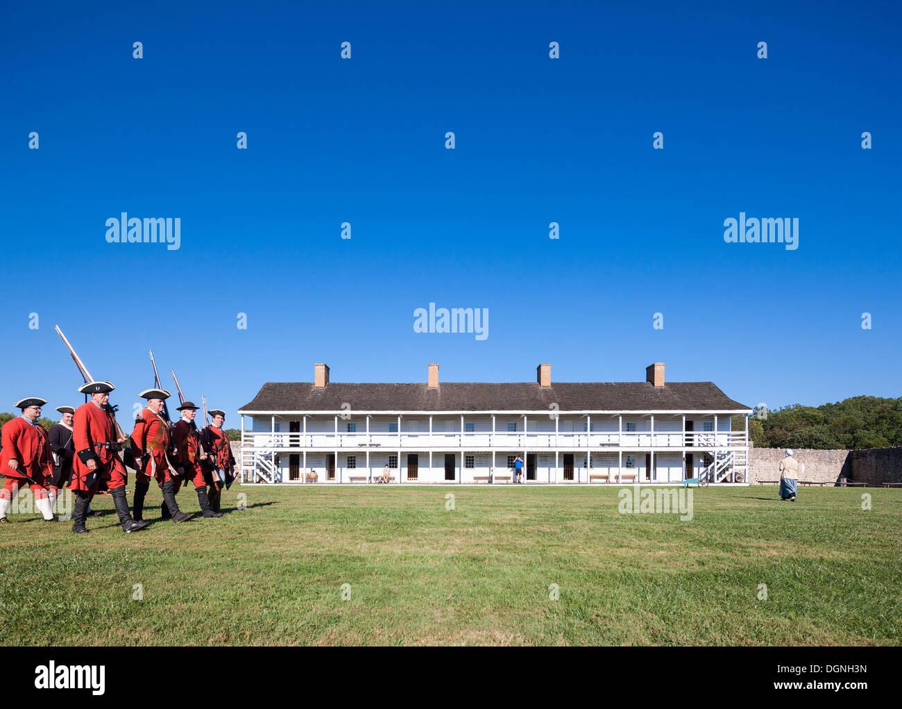 Historischen 18. Jahrhundert Alltag in Fort Frederick Maryland. Freiwillige marschieren mit historischen Uniformen Stockbild