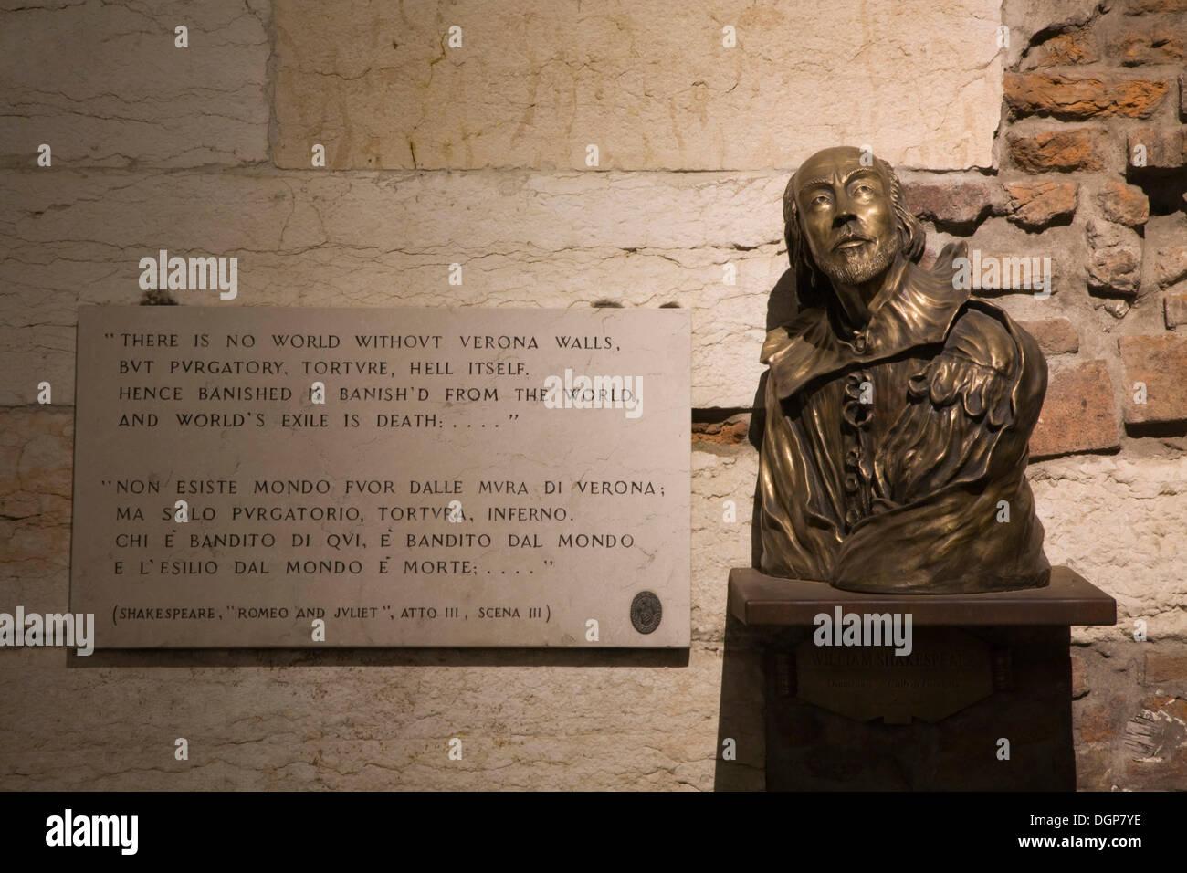 Shakespeare-Büste und ein Zitat aus Romeo und Julia, Verona, Veneto, Italien, Europa Stockbild