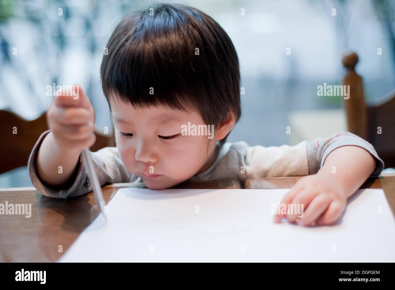 Junge, Zeichnung auf Papier mit Bleistift, Nahaufnahme Stockbild