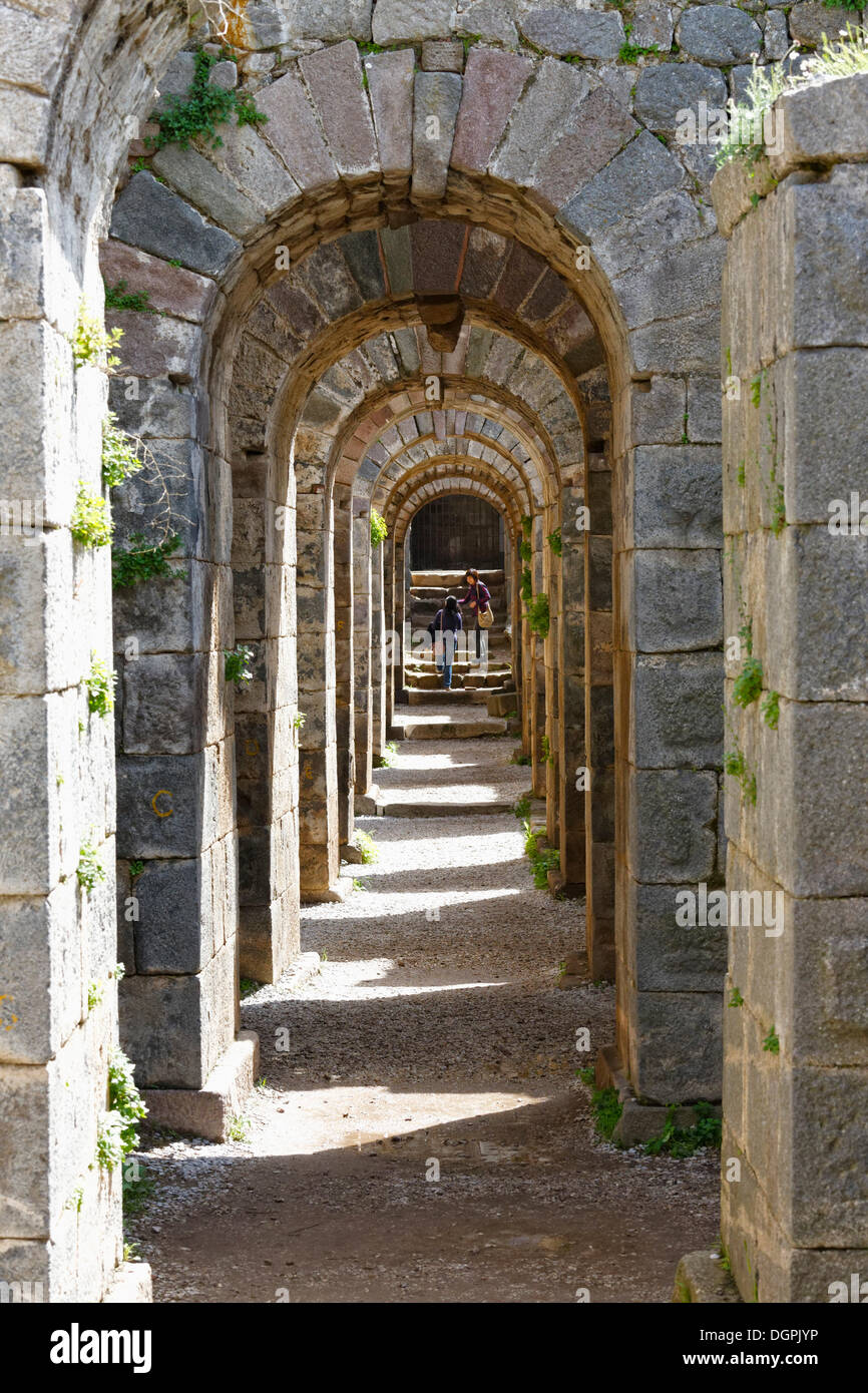 Reihe von Bögen in den Unterbau des Trajaneums, Trajan Tempel, Akropolis, Pergamon, Manisa Provinz, Ägäis Stockbild