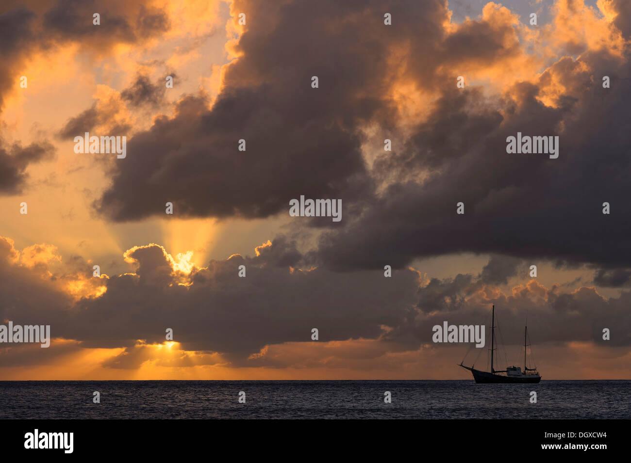 Segelboot bei Sonnenuntergang, Grenadinen, Karibik, Saint Lucia Stockbild