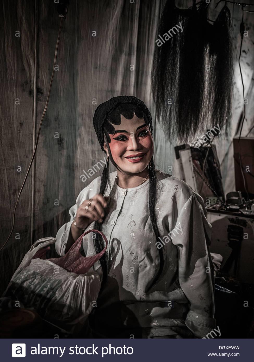 Chinesische Oper Schauspieler in vollen Make-up und Kleidung vor einer Aufführung hinter den Kulissen. S. E. Stockbild