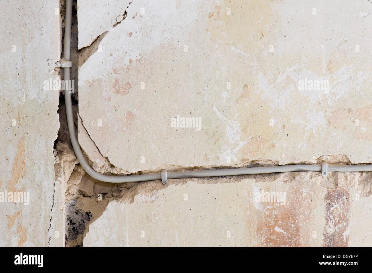 Elektrische Kabel verlegt unter Putz in einem Kabelkanal in einem alten Gebäude, Stuttgart, Baden-Württemberg Stockbild
