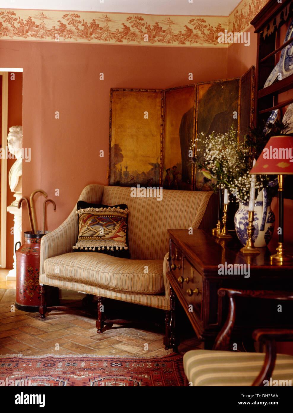 Creme Sofa Vor Antike Bemalte Leinwand In Rosa Hütte Wohnzimmer Mit  Wand Fries Und Antike Kommode