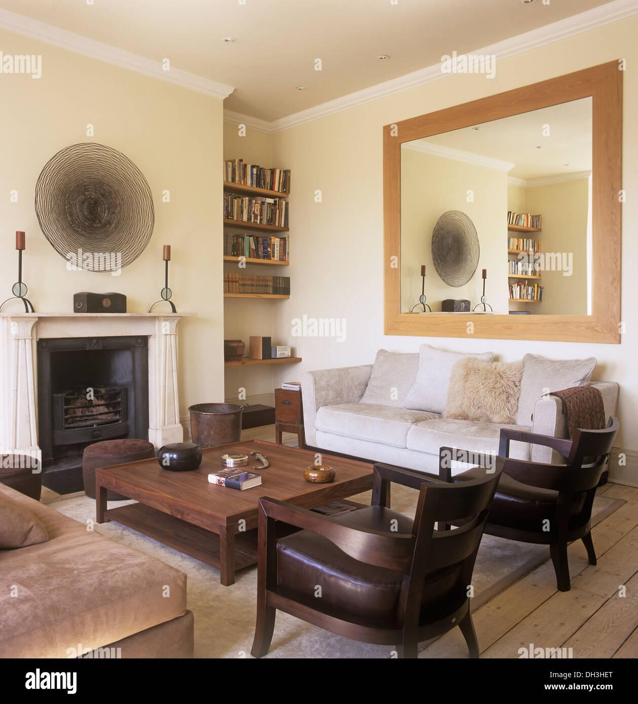 Große Spiegel über Dem Sofa Im Wohnzimmer Stadthaus Mit Couchtisch Aus Holz  Und Holz + Lederstühlen Vor Kamin