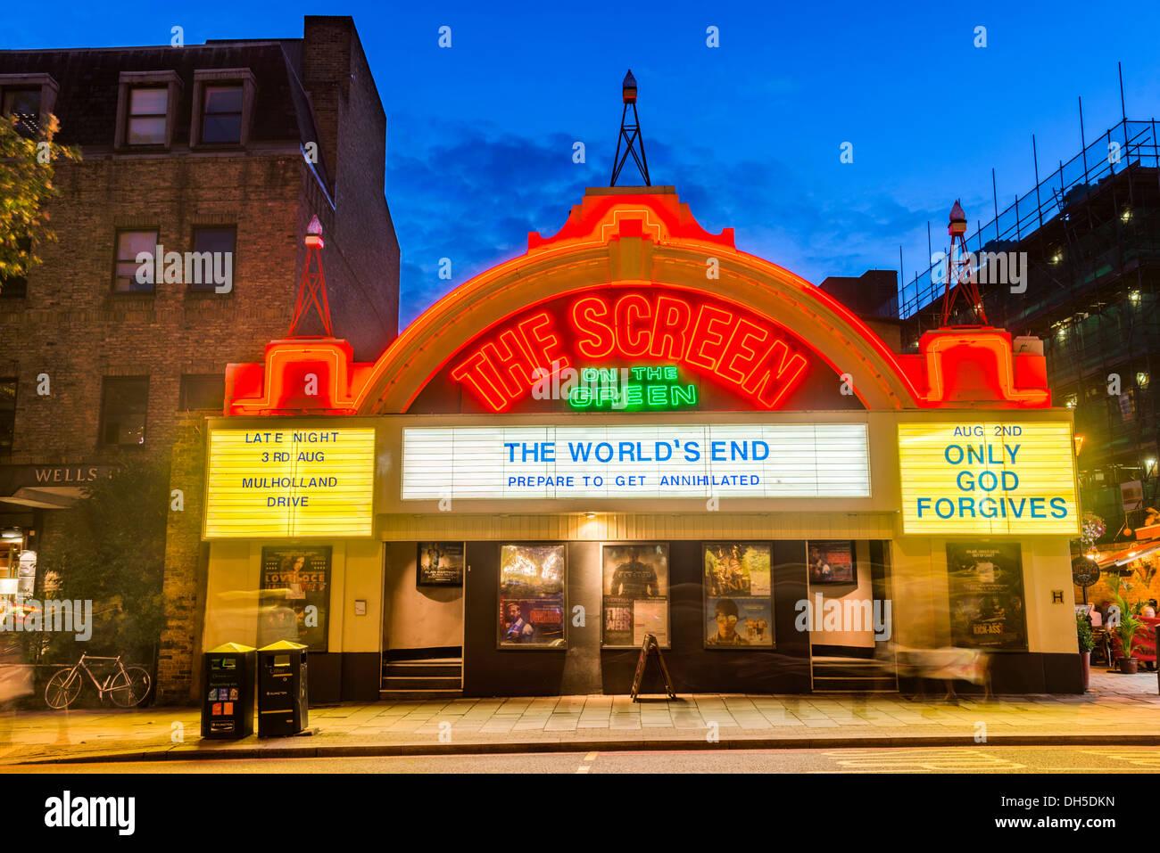 Der Bildschirm auf den grünen Kino in der Nacht, Upper Street, Islington, London, England, UK Stockbild