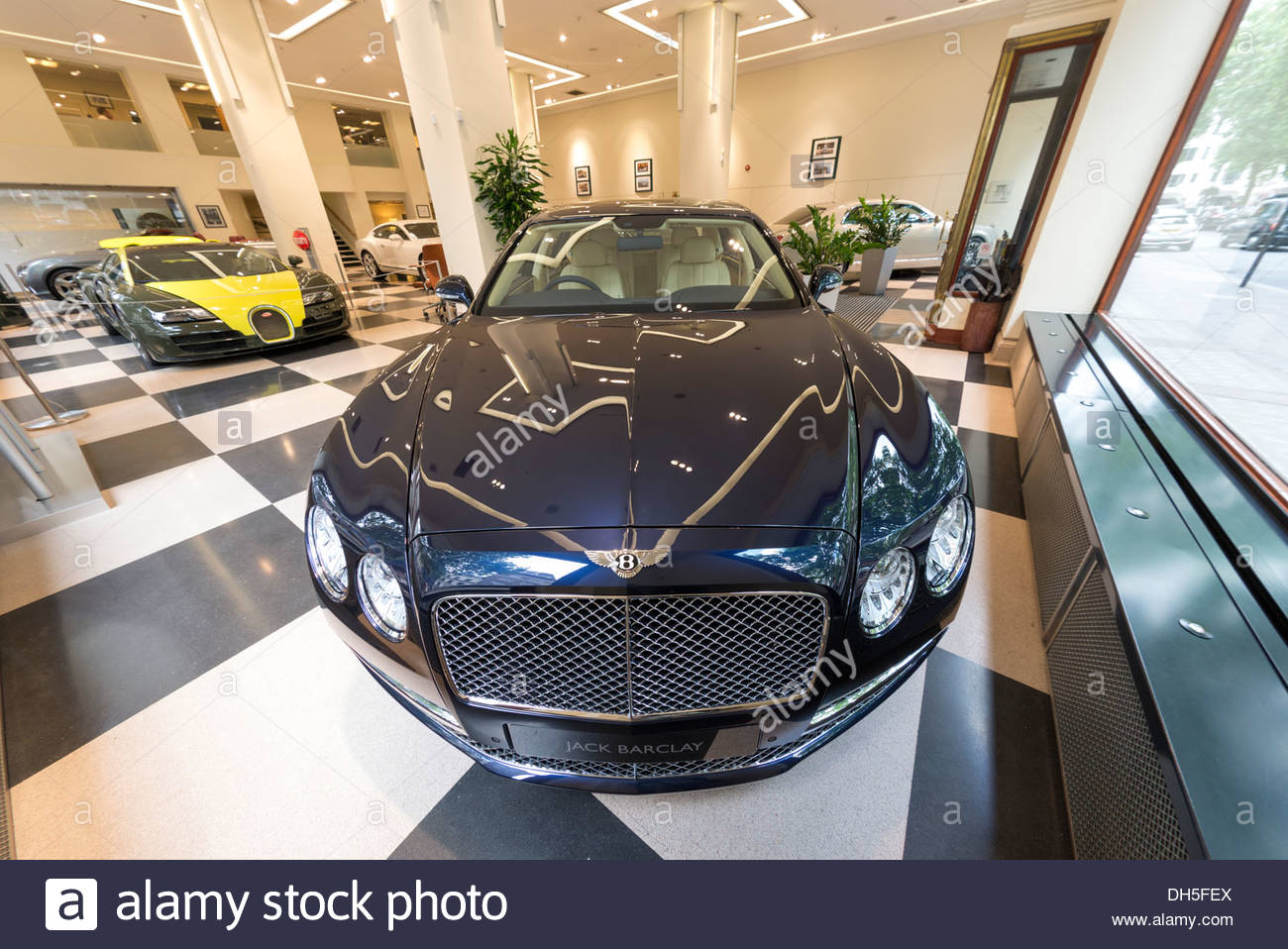 Jack Barclay Bentley Autohaus in Berkeley Square, Mayfair, London, England, UK Stockbild