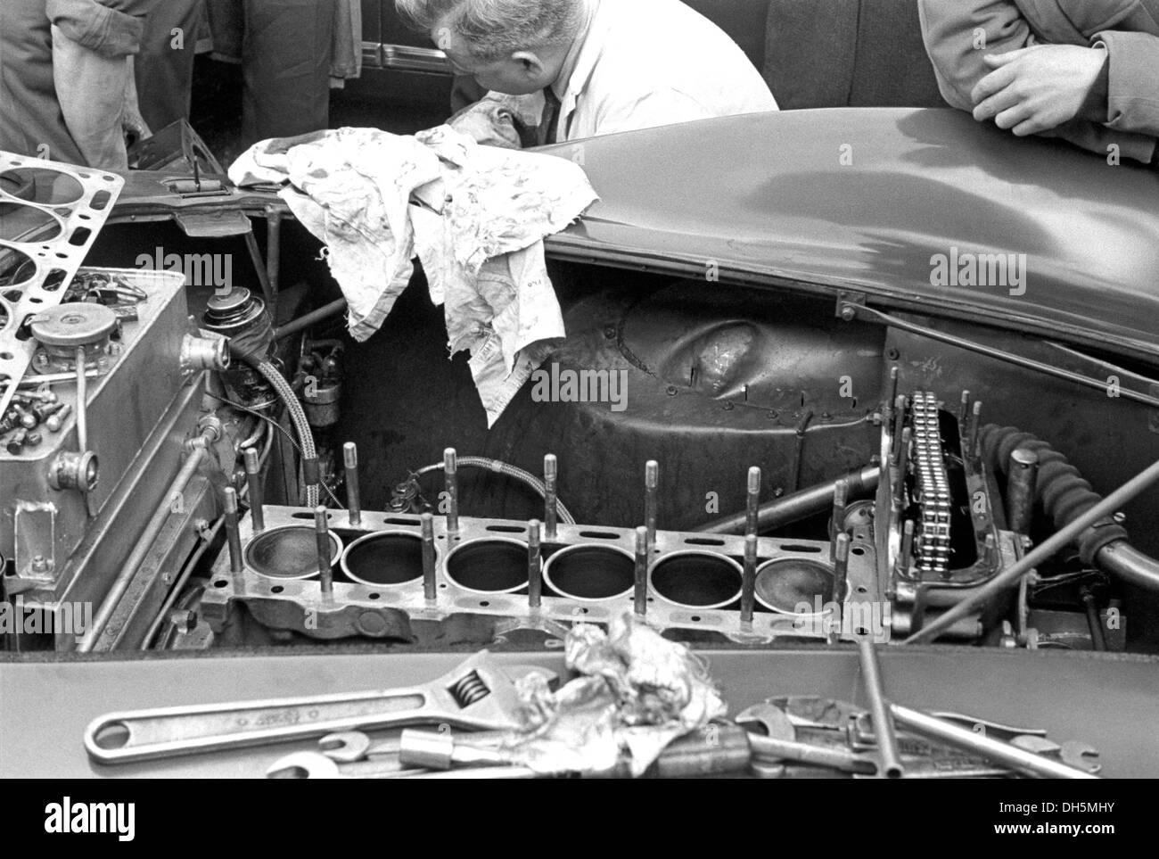 Mechaniker arbeiten auf einem Aston Martin DB3S Dundrod TT, Nordirland 1953. Stockbild