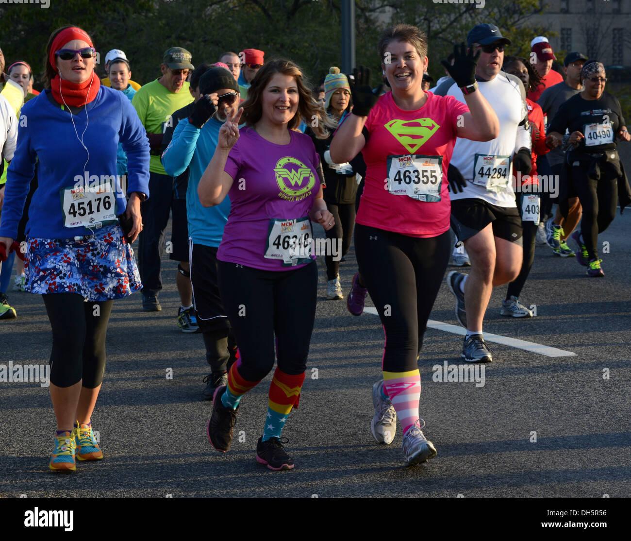 Läufer Jane Sims und Mariah Thomas beteiligen sich an dem Marine Corps Marathon 10k laufen in Washington, DC., Stockbild