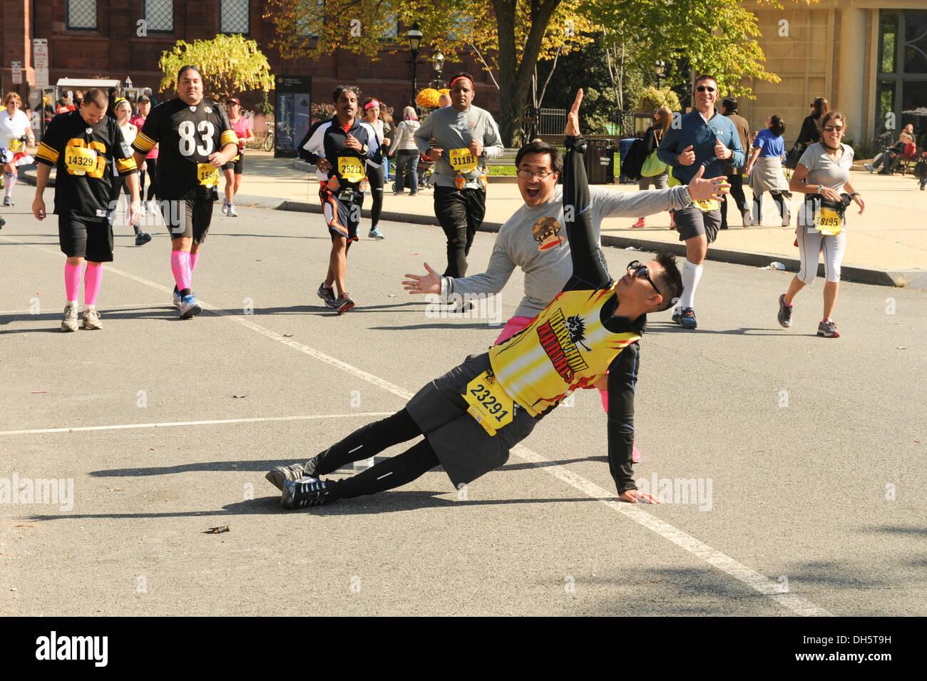 Louie Sariano, Startnummer 23291, stellt sich im Verlauf des 38. jährliche Marine Corps Marathon, Washington Stockbild