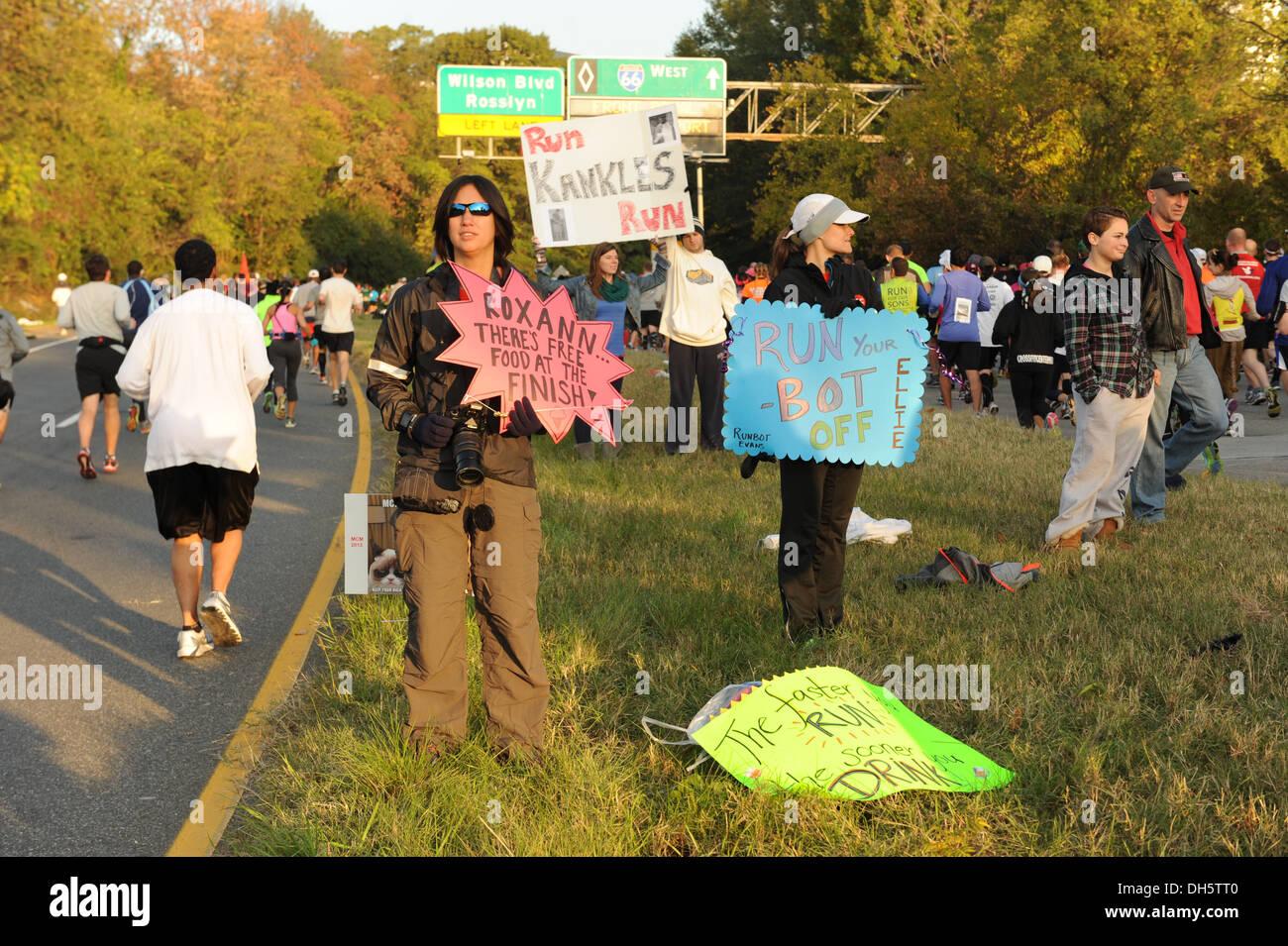 Befürworter halten Zeichen und anfeuern Teilnehmer während der 38th Annual Maraine Corps Marathon, Washington, Stockbild