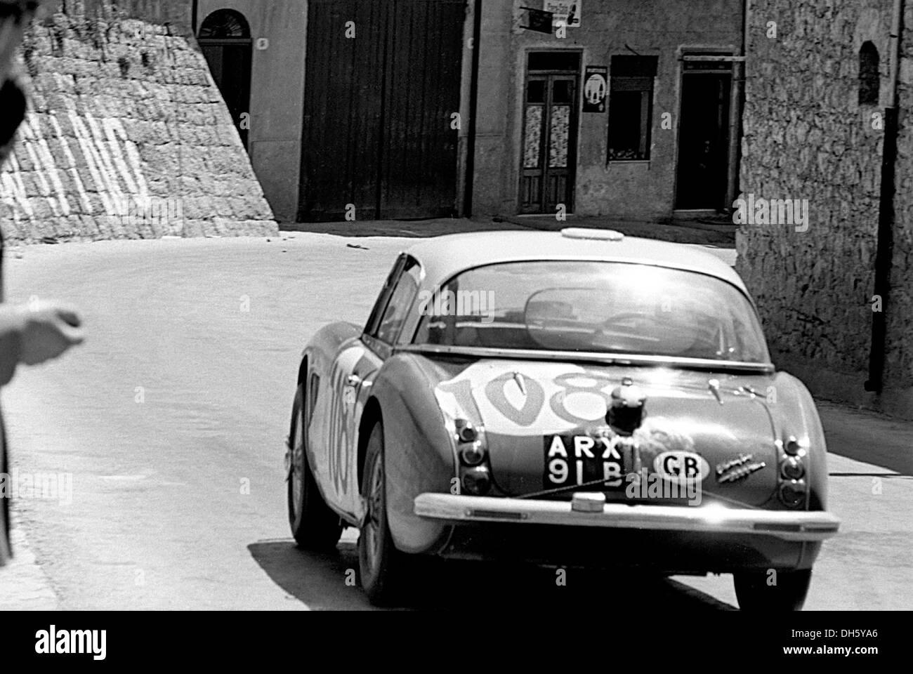 Timo Makinen-Paul Hawkins' Austin Healey 3000 Rennen durch Collesano in der Targa Florio, Sizilien 1965. Stockbild