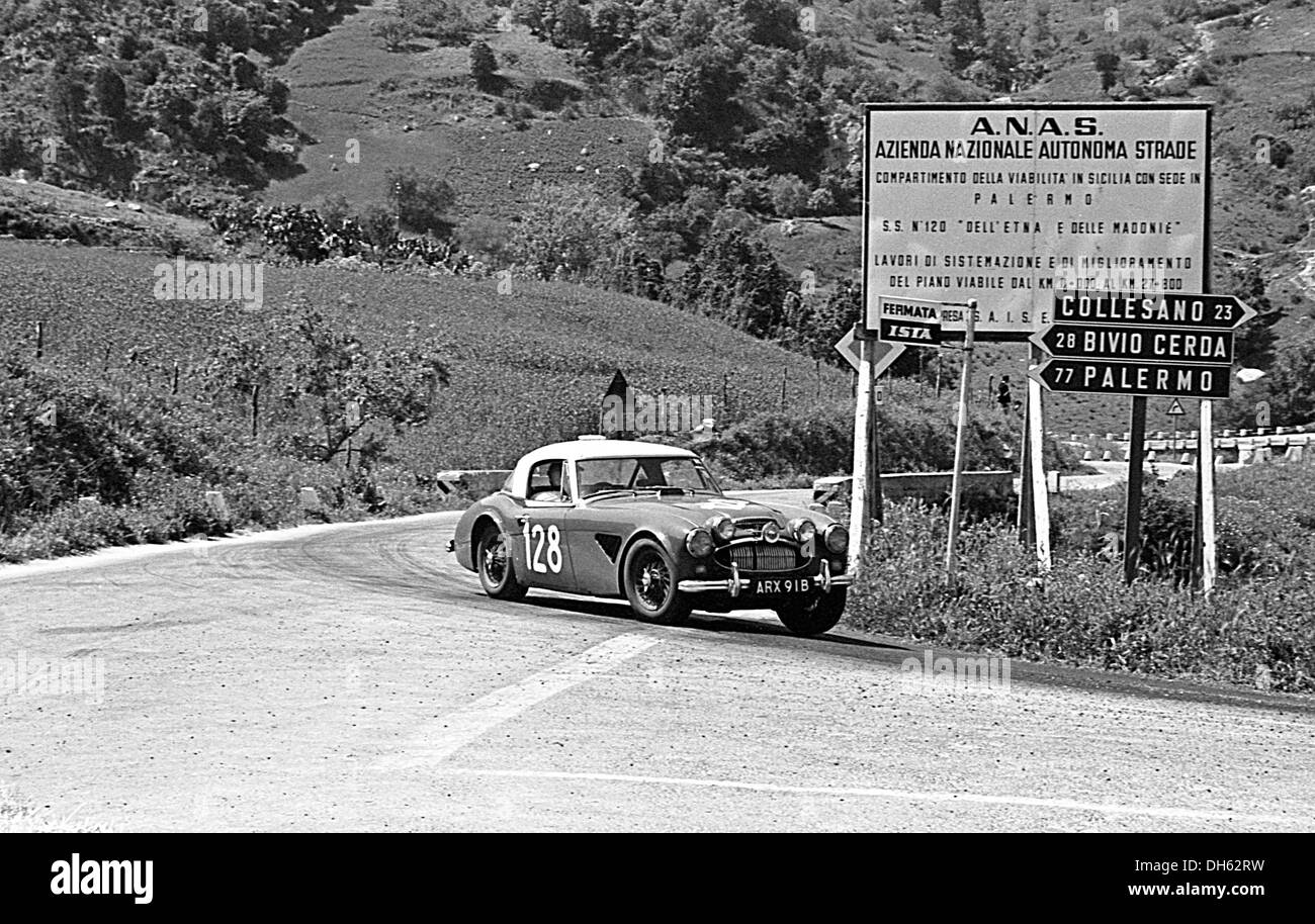 Ted Worswick-Richard Bond Austin-Healey 3000 racing in der Targa Florio, Sizilien 1967. Stockbild