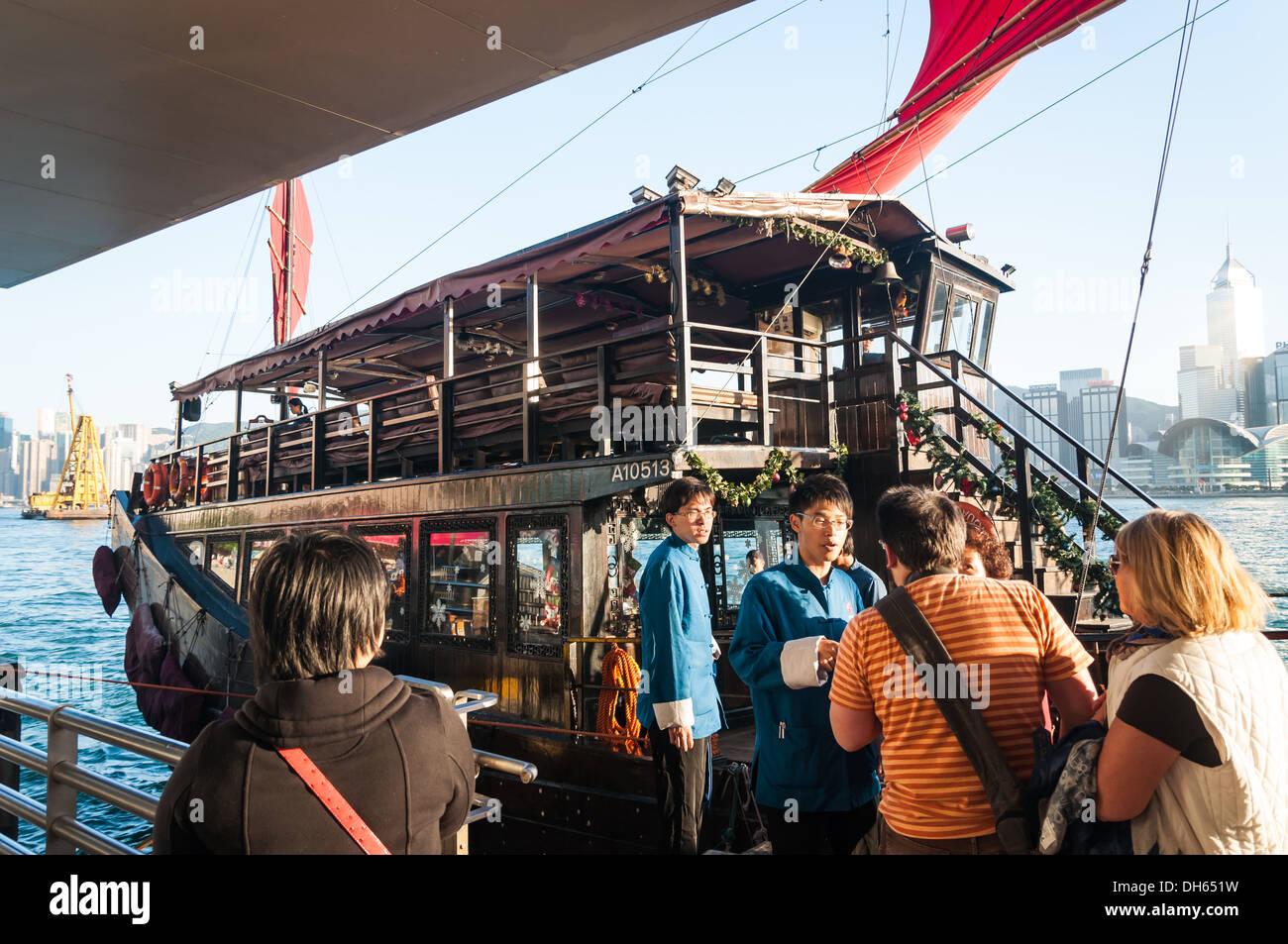 An Bord eines traditionellen Junk-Schiffes in Hong Kong. Stockbild