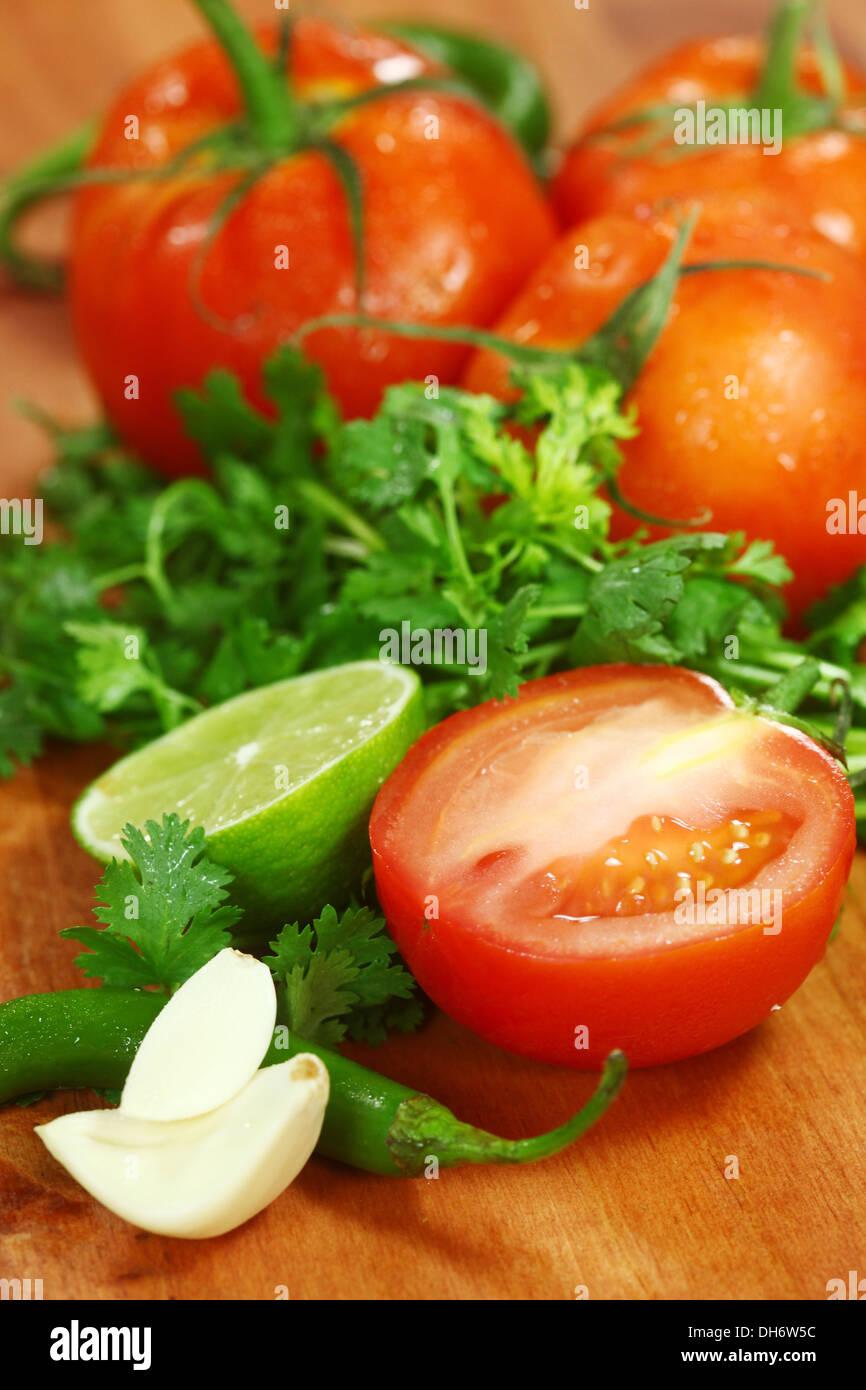 Salsa picante Inhaltsstoffe der Avocado, Koriander, Tomaten und Paprika Stockbild