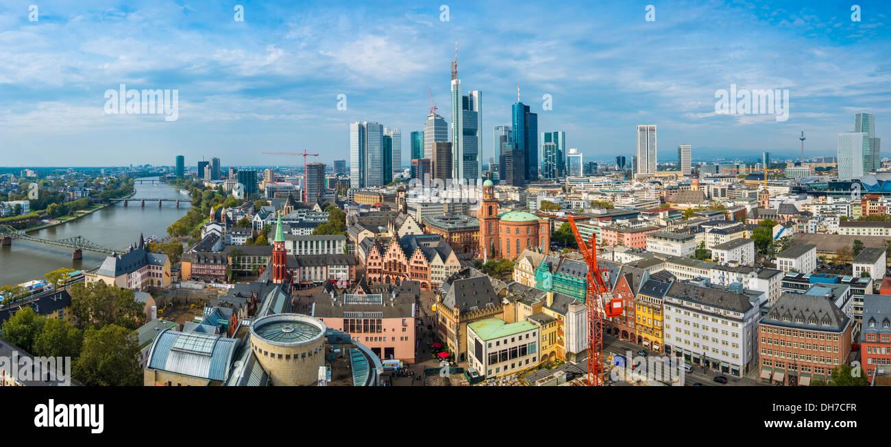 Panorama von Frankfurt am Main mit der neuen und alten Stadtansichten. Stockbild