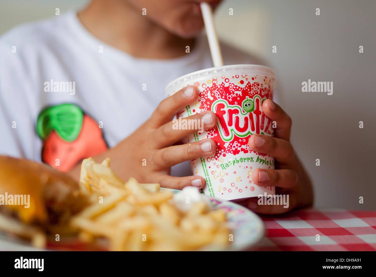 Kind-Milchshake mit einem Strohhalm trinken Stockbild