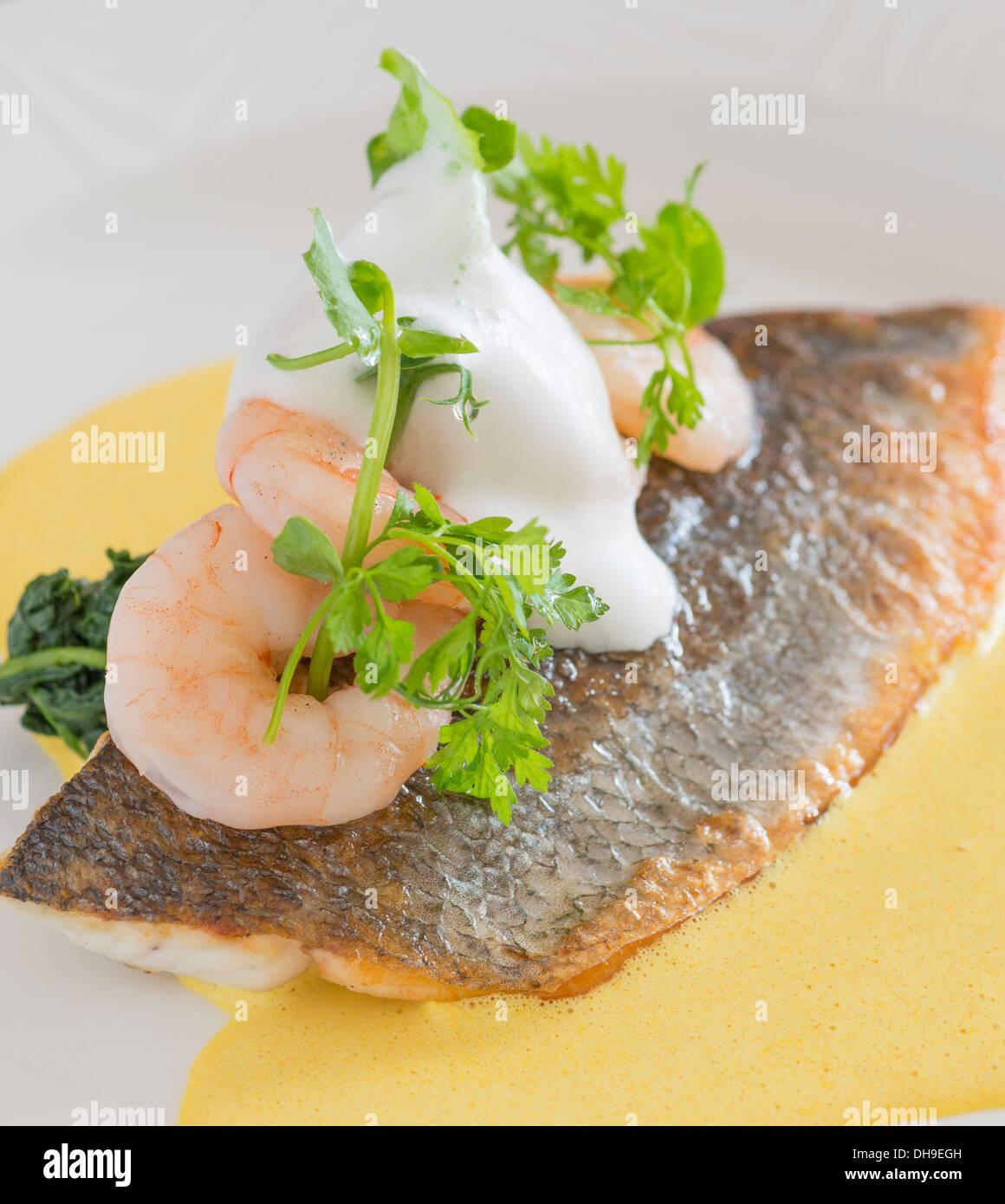 Fisch und Garnelen essen aus einem fine dining restaurant Stockbild