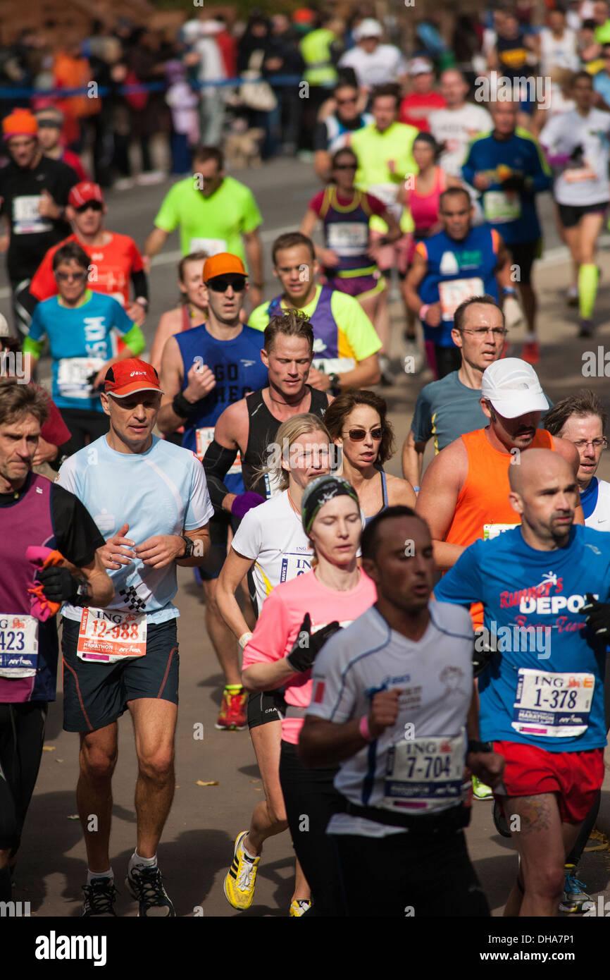 Läufer gehen durch Harlem in New York in der Nähe von 22 Meilen-Marke in der Nähe von Mount Morris Stockbild