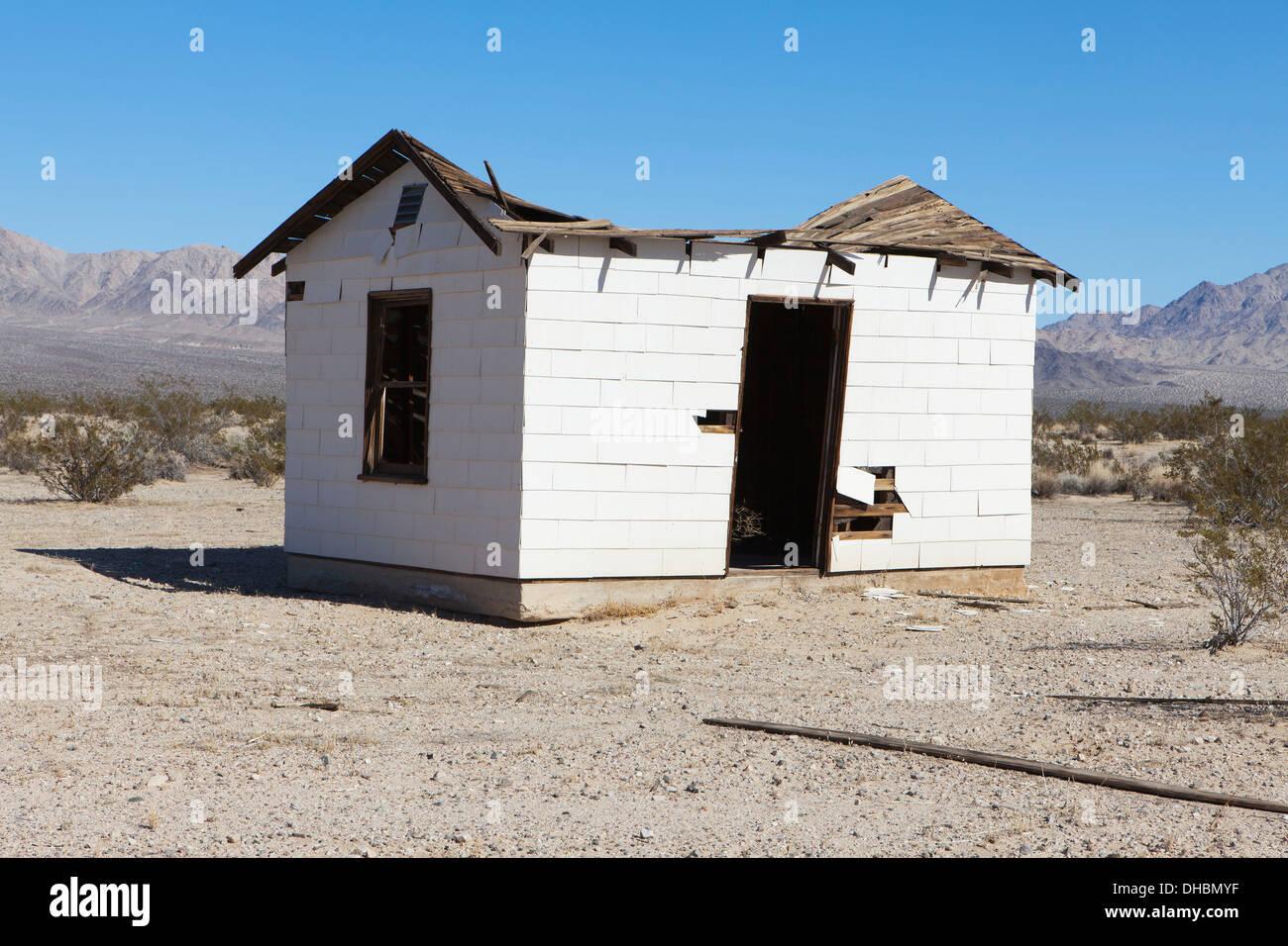 Eine kleine verlassene Gebäude in der Mojave-Wüstenlandschaft. Stockbild
