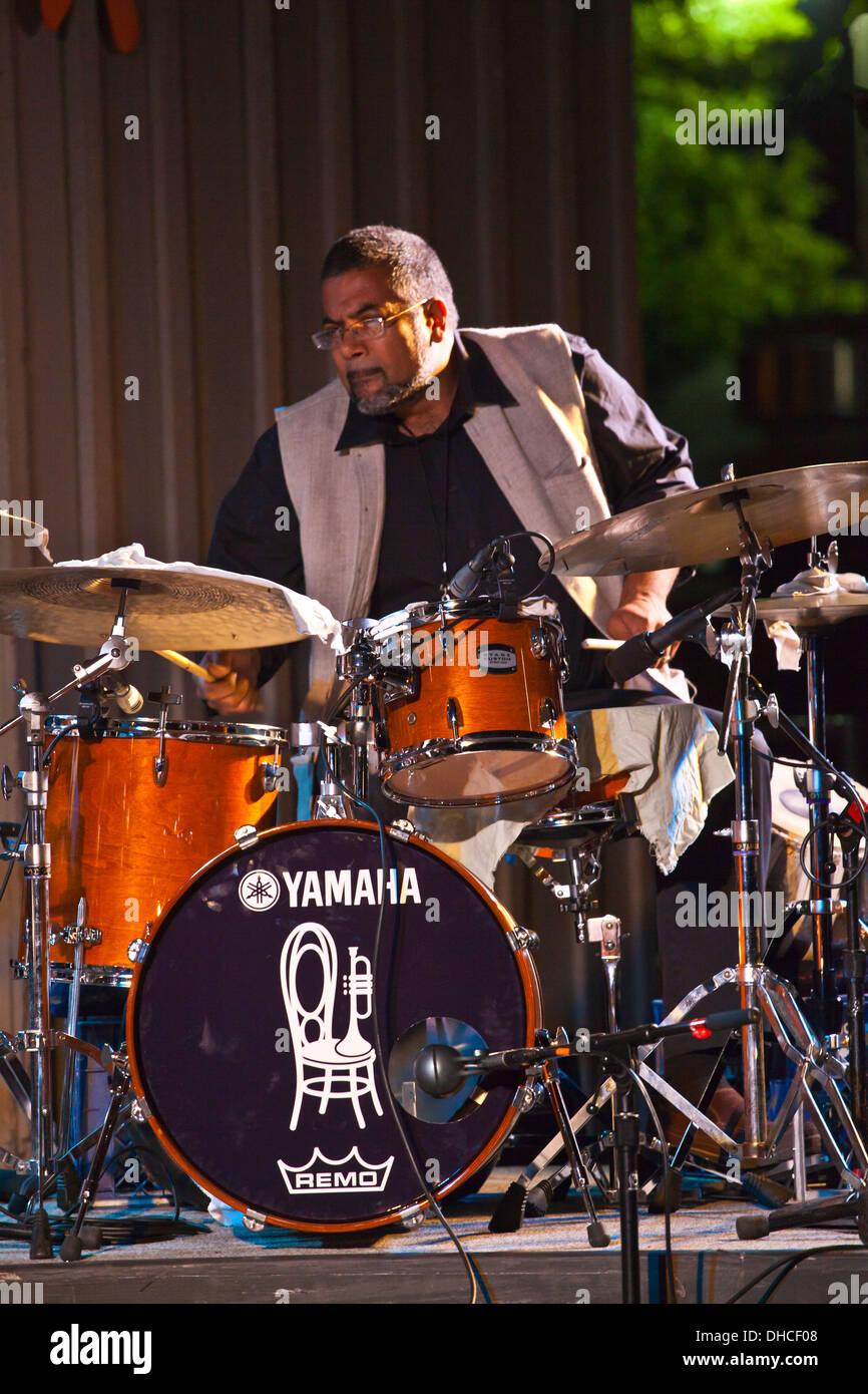 SAMEER GUPTA spielt Schlagzeug mit dem MARC CAREY Fokus Reise Vorformen auf dem Monterey Jazz Festival - MONTEREY, Stockbild