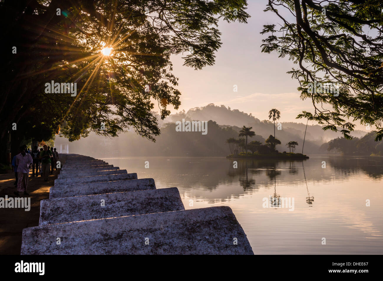 Sonnenaufgang in Kandy-See und die Insel beherbergt die Royal Summer House, Kandy, UNESCO, Central Province, Sri Stockbild