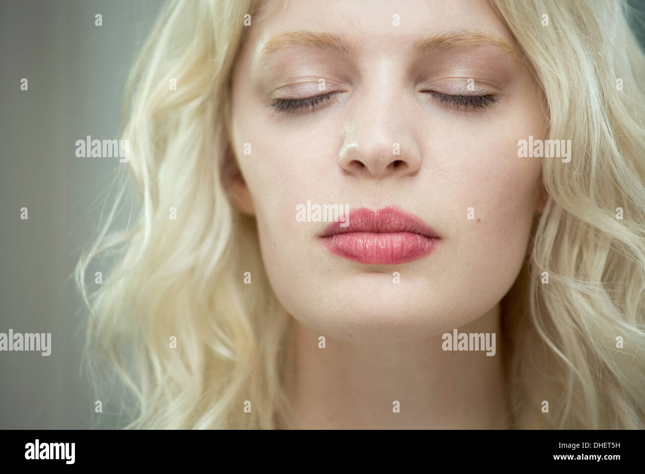 Junge Frau mit geschlossenen Augen Stockbild