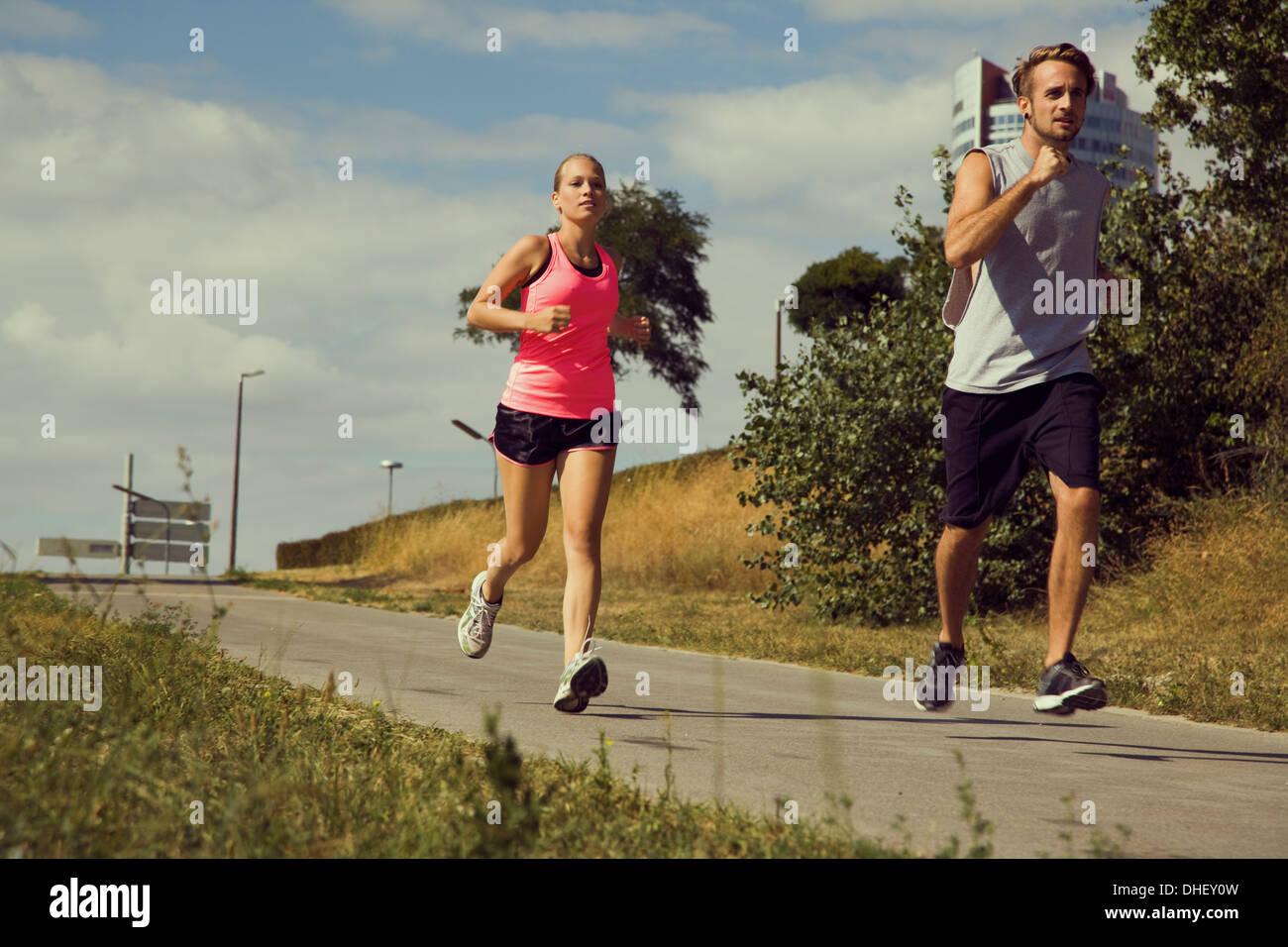 Junges Paar Joggen urban Weg Stockbild